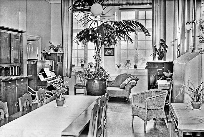 Rent och snyggt i sjukhussalen på Ulleråkers sjukhus i Uppsala. Året är 1949 och sjukjournalerna med läkarnas bedömningar av patienternas psykiska hälsa talar tidens dialekt. Beskrivningar av psykiska symtom influeras av  rådande kulturella föreställningar om »normalt« och »onormalt«.Foto: Axel Sagerholm