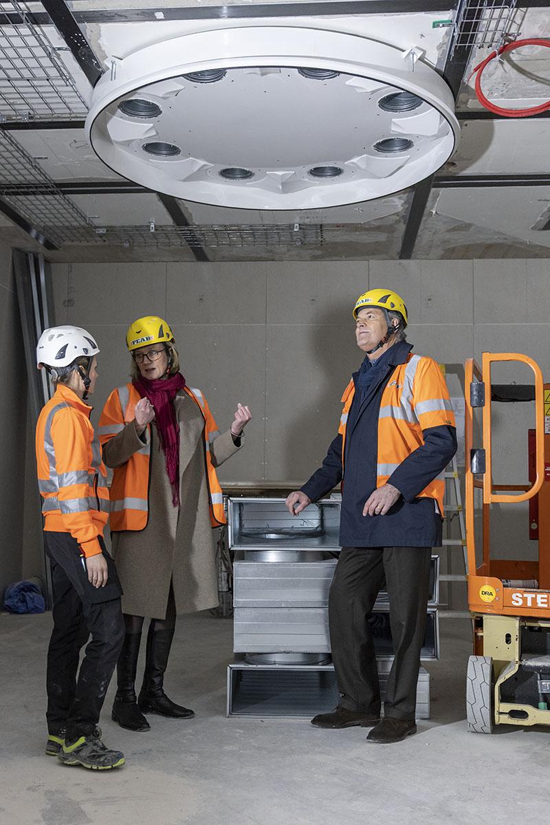 I taket i en av operationssalarna börjar ventilationen ta form. Foto: André de Loisted