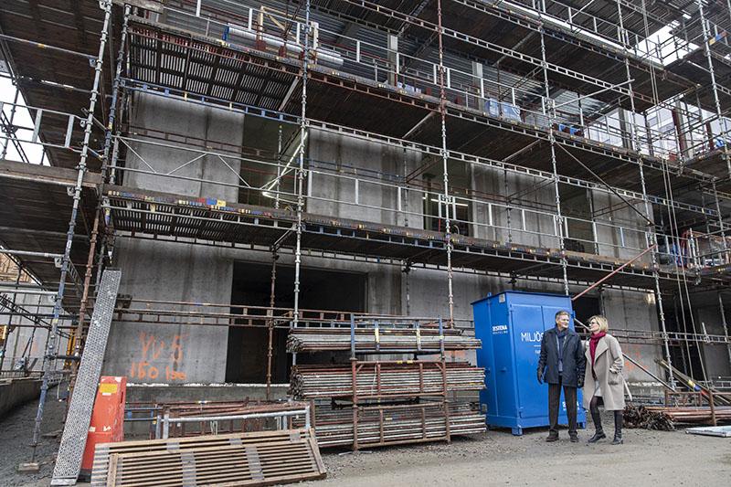 Per-Anders Abrahamsson, medicinskt ansvarig, och Åsa Dahm, vd, inspekterar bygget av Perituskliniken i Lund. Foto: André de Loisted