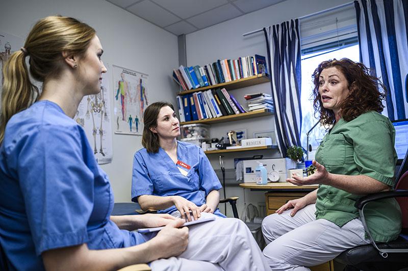 ST-läkarna Rebecca Boman och Lina-Maria Bergh samtalar med verksamhetschef Gunilla Liljedahl på Bålstadoktorn. Foto:Marc Femenia
