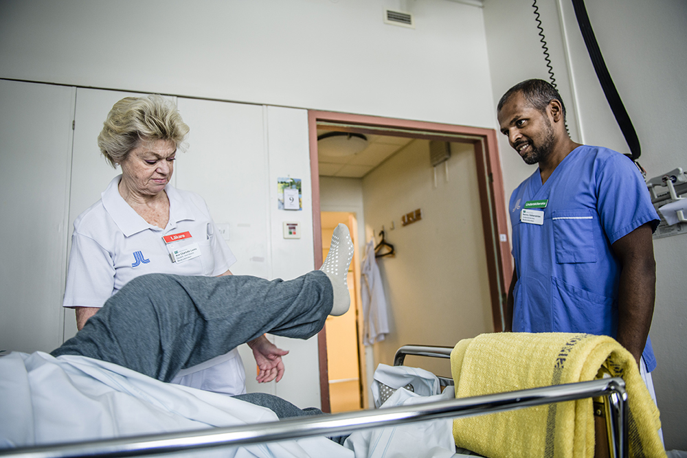 Ann Charlotte Laska, överläkare på den sjuksköterskelösa eftervårdsavdelningen för strokepatienter på Danderyds sjukhus i Stockholm, och undersköterska Benny Sätterström undersöker en patient. Foto: Marc Femenia