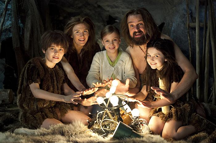 Mys vid glöden.Vilse i tiden, i årets tv-julkalender, försöker stenåldersfamiljen skapa gemyt med hjälp av konstgjord energi.Foto: Johan Paulin/SVT
