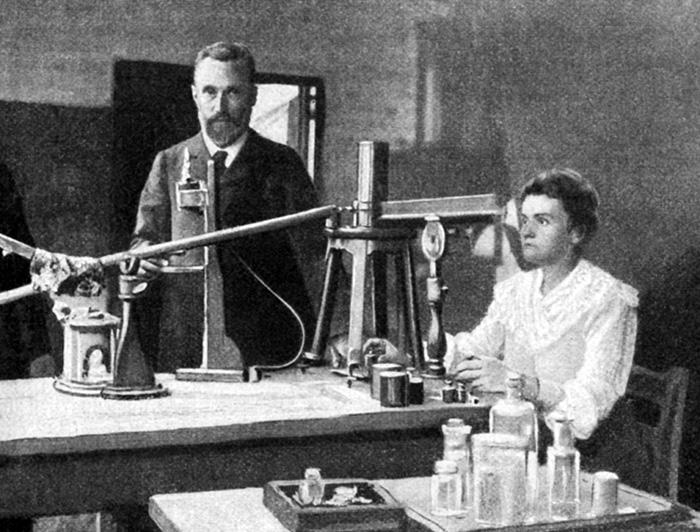 Gifta med sitt jobb. Pierre och Marie Curie var inte bara äkta makar utan även nära arbetskamrater. De tillbringade långa timmar tillsammans i laboratoriet, här på en bild från ca 1905. Foto: Interfoto/IBL