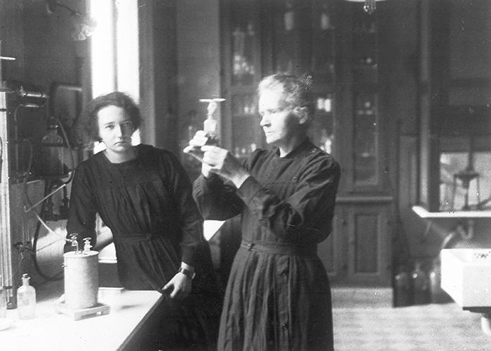 Mor och dotter. Den 20 april 1927 arbetar fysikern och kemisten Marie Curie (t h) i laboratoriet tillsammans med sin dotter Irène, även hon en framstående forskare. Foto: AP/TT
