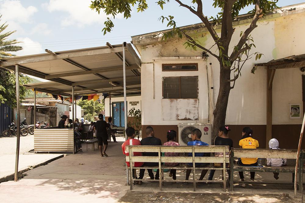 Bairo Pite Clinics innergård är »väntrummet« där patienter och anhöriga väntar på sin tur hos doktor Dan. Foto:Pouya Ghelichkhan
