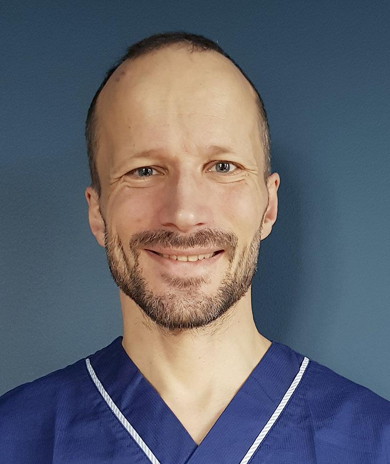 För narkosläkaren Mattias Larsson är det möjligheten att träffa patienterna innan de är så sjuka att de måste till sjukhus som lockar till primärvården, och så arbetstiderna. Hösten 2018 hoppade han på den kompletterande efterutbildningen i allmänmedicin i Region Skåne.