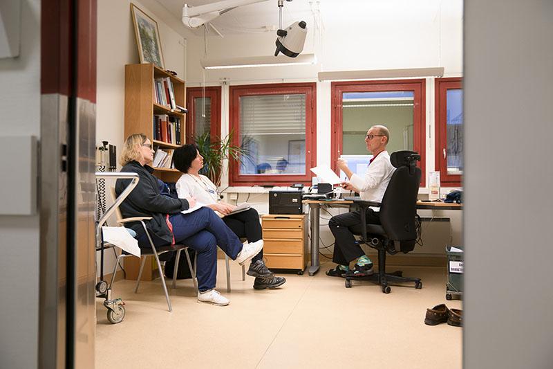 Mikael Rizell och de två sjuksköterskorna Ingrid Edlund och Yvonne Sidmalm från kommunens hemsjukvård samlas innan de inleder ronden. Foto: Göran Segeholm