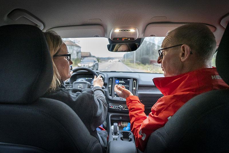 Sjuksköterskan Ingrid Edlund från kommunens hemsjukvård och läkare Mikael Rizell, ansvarig för hemsjukvården på Trosa vårdcentral, på väg hem till en patient. Foto: Göran Segeholm