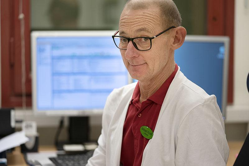 Geriatrikern och internmedicinaren Mikael Rizell ser sig själv som »framtiden« – en sjukhusläkare som flyttat ut till primärvården. Foto: Göran Segeholm