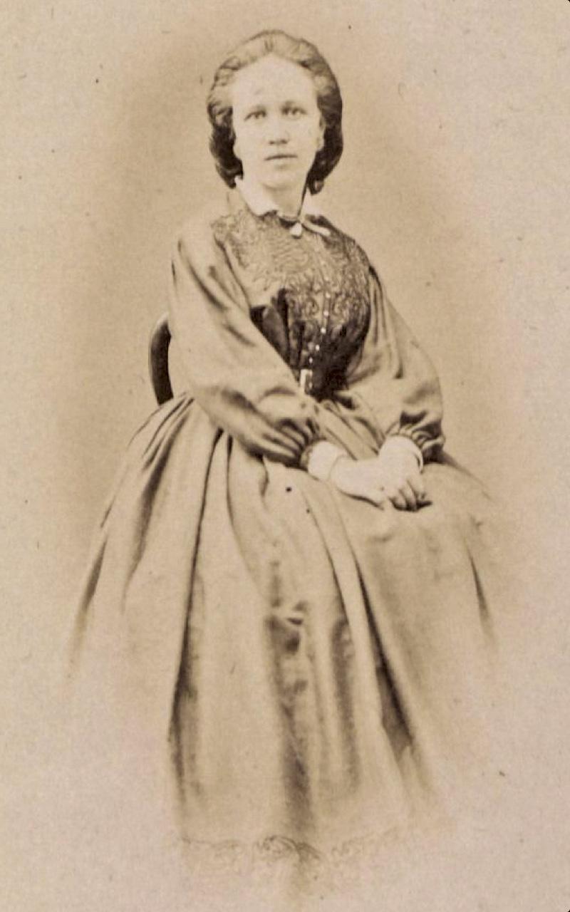Charlotte Yhlen var 34 år gammal när hon blev den första svenska kvinnan att ta läkarexamen – i Amerika.Hennes examensarbete ger en bra bild av dåtidens syn på glaukom.