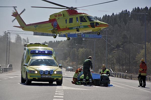Figur 3.En ambulanshelikopter med prehospital intensivvårdsläkare landar vid en trafikolycka för att direkt på skadeplats ge omedelbar livräddande anestesi och intensivvård till en svårt skadad patient. Patienten kommer nu i en obruten kedja från skadeplats via ambulanstransport, akutmottagning, sjukhustransport, operation och slutligen intensivvård att skötas av en specialistläkare i anestesi- och intensivvård fram tills hen skrivs ut från intensivvårdsavdelningen. Foto: Mikael Berglund/NYHETERsto.se