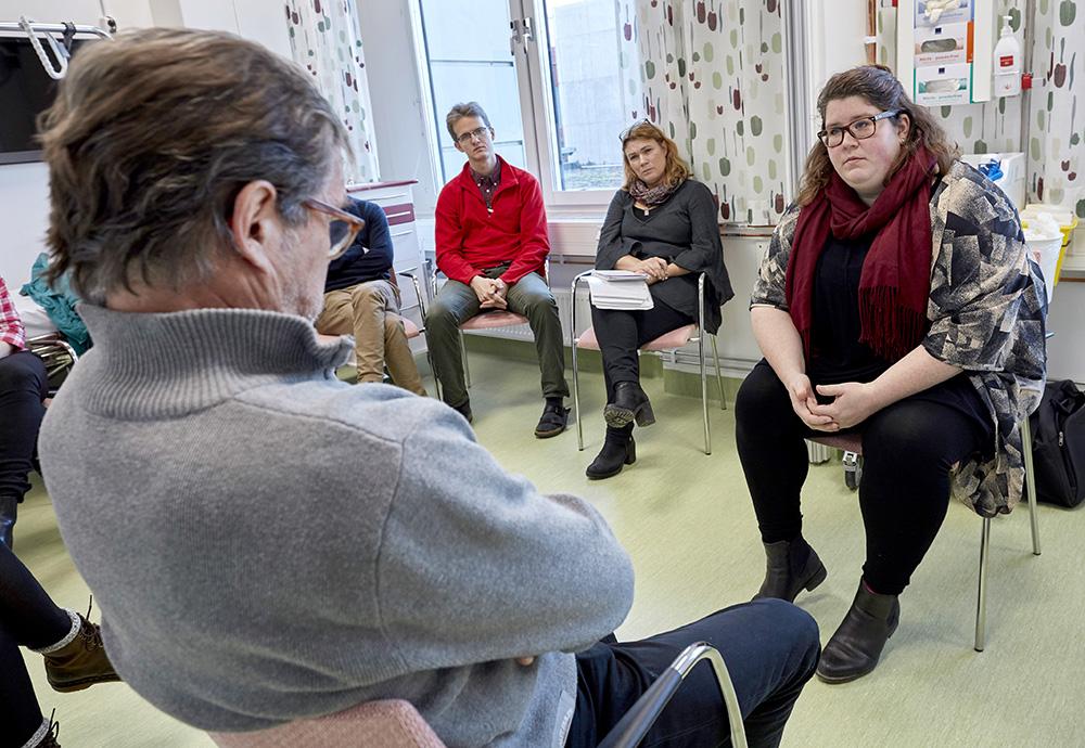 Signe Carlsson, ST-läkare i onkologi, övar på ett brytpunktssamtal med Rolf, en patient som går under palliativ cellgiftsbehandling men plötsligt blivit sämre. Efteråt tycker hon att hon blev för långrandig. Foto:Mats Samuelsson