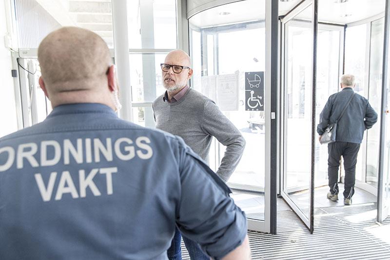 Säkerheten har skärpts på sjukhuset, men ibland är bilden av hot och våld i vården lite överdriven, säger Mikael Sten, områdeschef för akutsjukvården vid Helsingborgs lasarett. Foto: André de Loisted