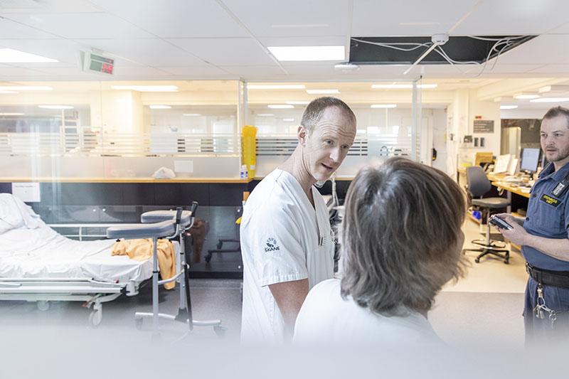 Enhetschefen Andreas Lindegren tror att man kan vara proaktiv genom att  samtala i teamen. Vid behov pratar man ihop sig med ordningsvakterna. Foto: André de Loisted