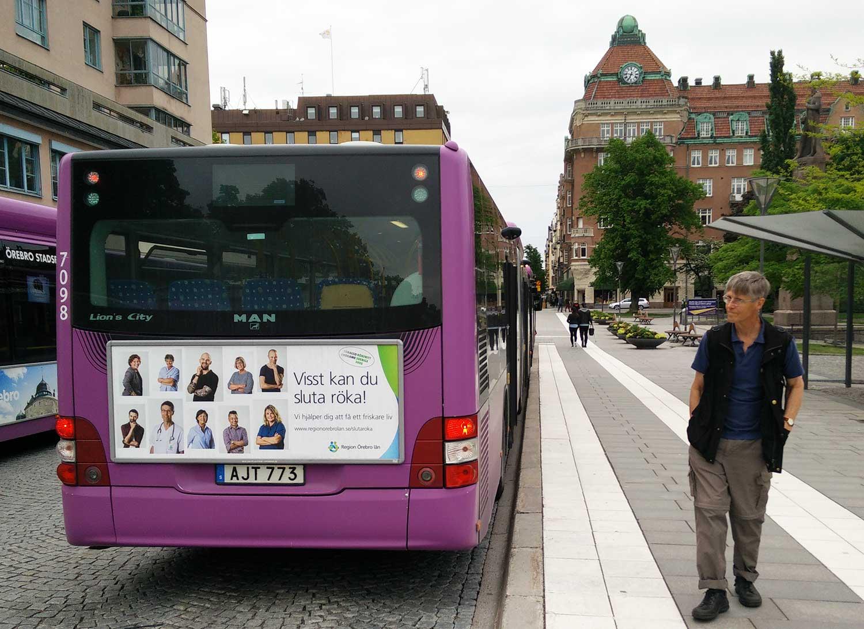 Matz Larsson inspekterar en annons för Region Örebro läns tobakspreventiva arbete. Foto: Privat.